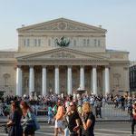 モスクワのボリショイ劇場です。バレエを観た冬の夜を思い出しました。 ・劇場に遠き日のこと思ふ秋(和良)