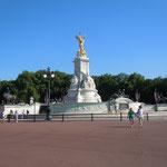 ロンドンのバッキンガム宮殿前広場のモニュメントです。                                ・宮殿は昼も涼しき灯を点し(和良)