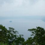 霧の摩周湖はこの日も夏霧に覆われていました。            ・夏霧の底に摩周湖閑もれる(和良)