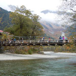 上高地の河童橋です。紅葉を楽しむ観光客で賑わっていました。                           ・河童橋紅葉の中に架かりをり(和良)