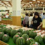 愛知県大府市の「げんきの郷」には大きな西瓜が並んでいました。  ・野の市の何れ劣らぬ大西瓜 (和良)