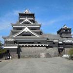 本丸御殿が再建された熊本城に行ってきました。武者返しの石垣は有名です。 ・のけぞりて眺むお城や秋高し(和良)