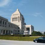 国会議事堂は立法を司る白亜の殿堂としてますます輝いて見えました。  ・冬晴れの白亜の堂のまぶしさよ(和良)