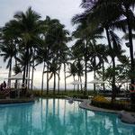 マニラ湾を一望するホテルのプールの水は澄み渡っていました。         ・椰子茂るビーチホテルのプールかな(和良)