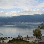高速道路のサービスエリアから見た諏訪湖です。全景が見えました。                        ・全景の諏訪湖を前に初紅葉(和良)
