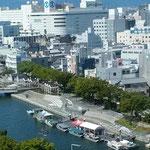 銀行本店の10階から新町川にある遊船の乗場が見えました。 。遊船の出ざるほどなる残暑かな(和良)