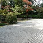 南宗寺には利休好みの茶室もあり、茶室への道には石庭もありました。  ・石庭の砂の模様に冬日濃し(和良)
