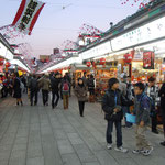 浅草の浅草寺境内の仲見世は迎春の飾りに溢れていました。                             ・仲見世は早正月の気分かな(和良)