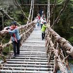 かずら橋を渡りました。恐る恐る渡りました。              ・かずら橋揺らすほどなる若葉風(和良)