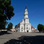 リトアニアのカウナスの旧市庁舎です。陶器博物館になっていました。  ・市庁舎は博物館に緑濃く(和良)