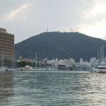 ひょうたん島クルーズで見た徳島県庁とヨットハーバーと眉山です。  ・徳島に川の回廊船遊(和良)