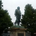 江戸城を無血開城した西郷隆盛の人気は今も絶えることがありません。  ・西郷どんの像に時雨の容赦なく(和良)