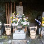 鎌倉の寿福寺にある虚子の墓には花が飾られていました。          ・けふ虚子忌あすは総理と桜見る(和良)