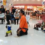藍住町のショッピングモールに熊本から猿廻しが来ていました。      ・震災の熊本よりの猿回し(和良)