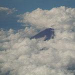 羽田から徳島に帰る飛行機から見えた富士山です。                                  ・雲の間に黒々とあり秋の富士(和良)