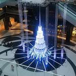 JR大阪駅前のビルには大きな聖樹のモニュメントが立っていました。  ・吹き抜けにまばゆき聖樹高々と(和良)