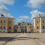 ラトビアのリガの近郊にあるルンダーレ宮殿です。           ・宮殿の広場彼方此方蟻地獄(和良)
