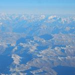 ドバイからの飛行機はヒマラヤ山脈を越えて日本に向かいました。 ・飛機の窓よりヒマラヤの雪も見て(和良)