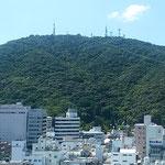 徳島市内にある銀行の本店10階から眺望した眉山山頂です。 ・山頂を仰げば秋の空高し(和良)