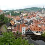 チェスキークルムロフは赤い屋根の美しい城下町でした。        ・赤い屋根青葉若葉によく映えて(和良)