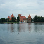 リトアニアのトラカイ城です。湖の中にありました。          ・湖に浮かぶ古城へ船遊(和良)