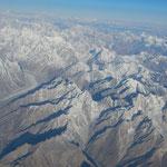 飛行機の窓からはヒマラヤ山脈にある氷河まで見えました。  ・ヒマラヤの氷河も飛機の窓に見て(和良)