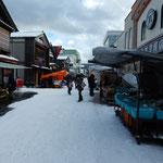 輪島の朝市では道の両側に並ぶどの店も店先は雪を退けてありました。  ・店先は雪退けてあり朝の市(和良)