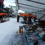 能登の輪島の朝市では大雪の中、たくさんの店が並んでいました。     ・買初は能登の輪島の干鮑(和良)