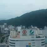 徳島駅前のクレメントホテル18階から眺めた眉山と徳島市街です。    ・街中が鎮まるほどの炎暑かな(和良)