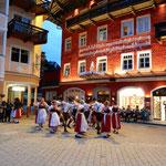 ザンクトウォルフガングには五月祭を楽しむ子らの姿がありました。   ・聖五月民族衣装着て踊る(和良)