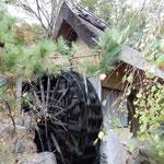 高松市の屋島にあるうどんの老舗「わら家」の庭に水車がありました。  ・粉を挽く水車の水も澄みにけり(和良)