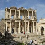 エフェソスの古代都市遺跡の図書館です。蔵書は120万冊といわれます。  ・木の実降る古代遺跡の石畳 (和良)