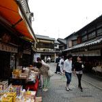 川越の蔵の町の「菓子屋横丁」です。大勢来ていました。        ・小江戸には横丁多し濃紫陽花(和良)