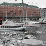 ストックホルムは雪。港に流氷が押し寄せていました。  ・流氷のきしめる港鴨の群れ(和良)