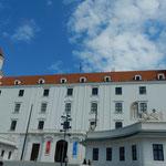 スロバキアのブラチスラバ城です。テーブルを引っ繰り返した形でした。 ・坂の上の城への道の薄暑かな(和良)