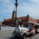 ワルシャワは第二次世界大戦後の瓦礫の山から昔のままに復元されました。 ・瓦礫より復元の街燕飛ぶ(和良)