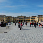 ウィーンのシェーンブルン宮殿前には広い広場がありました。      ・宮殿の広場打水したくなる(和良)
