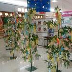 藍住町のショッピングセンターには七夕の笹が飾られていました。    ・七夕の笹に満艦飾の夢(和良)