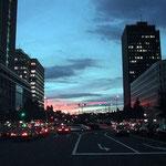 東京駅前から夕焼けが見えました。綺麗な茜色でした。 ・秋夕焼茜の赤に見とれをり(和良)