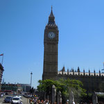 ロンドンの国会議事堂の時計台です。ビッグベンと呼ばれています。                        ・ビッグベン見上げ初秋の空見上げ(和良)