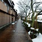 金沢市の主計町です。50年近く前に行った寄鍋の老舗が今もありました。 ・寄鍋の老舗の今も主計町(和良)