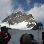 登山鉄道の終着駅の雪原からは目の前にユングフラウヨッホが見えました。                   ・残雪のユングフラウの峰其処に(和良)