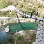 月ヶ谷温泉の渓流に架かる吊橋からも河鹿が聞こえました。  ・吊橋の真ん中にゐて河鹿聞く(和良)
