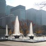 噴水の向うに皇居外苑から東京駅まで続く銀杏並木が見えます。                          ・東京は銀杏並木の似会ふ街(和良)
