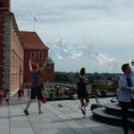 ワルシャワの街を行き来する人々の表情は明るかったです。       ・この街はこんなに平和しゃぼん玉(和良)