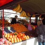 リブリヤーナの広場では中世以来の青空市が立っていました。      ・柿と栗並べ中世よりの市(和良)