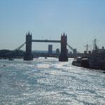 ロンドン市内のテムズ川に架かるタワーブリッジです。                                 ・澄みにけりタワーブリッジ架かる川(和良)