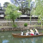 美観地区では川縁の柳が青々と茂っていました。                                     ・葉柳や倉敷の町川に沿ひ(和良)
