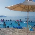 瀬戸内海が見えるホテルのプールに子供たちの歓声が上がっていました。 ・子らプール私転寝浜日傘(和良)