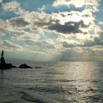 オパティアの海岸には航海の無事を祈る少女の像が立っていました。   ・無事祈る少女の像に冬日差す(和良)